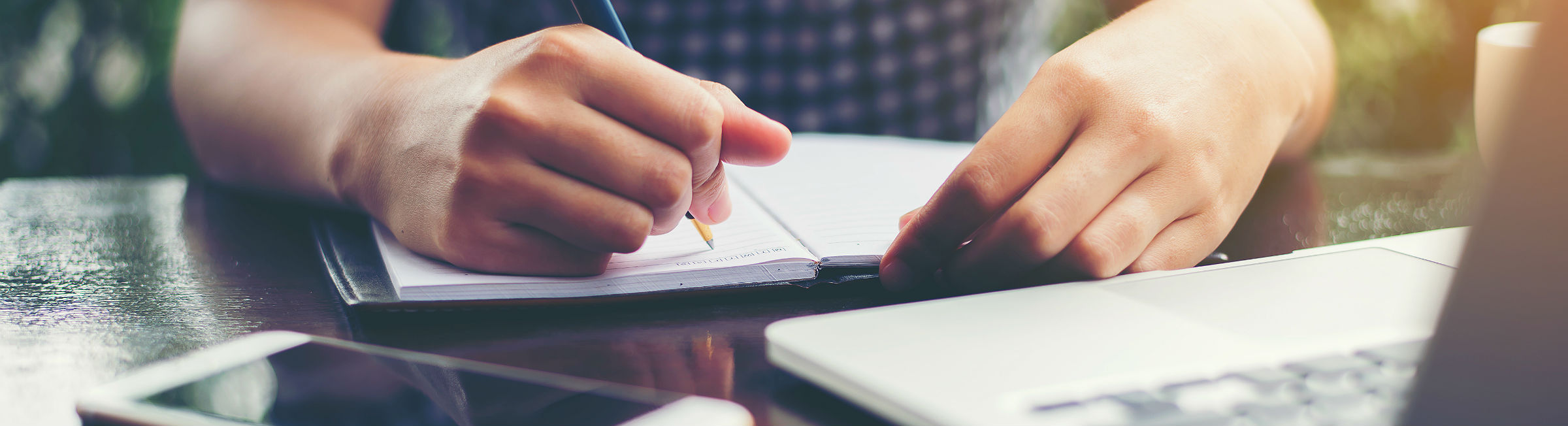 Un femme écrit sur son carnet