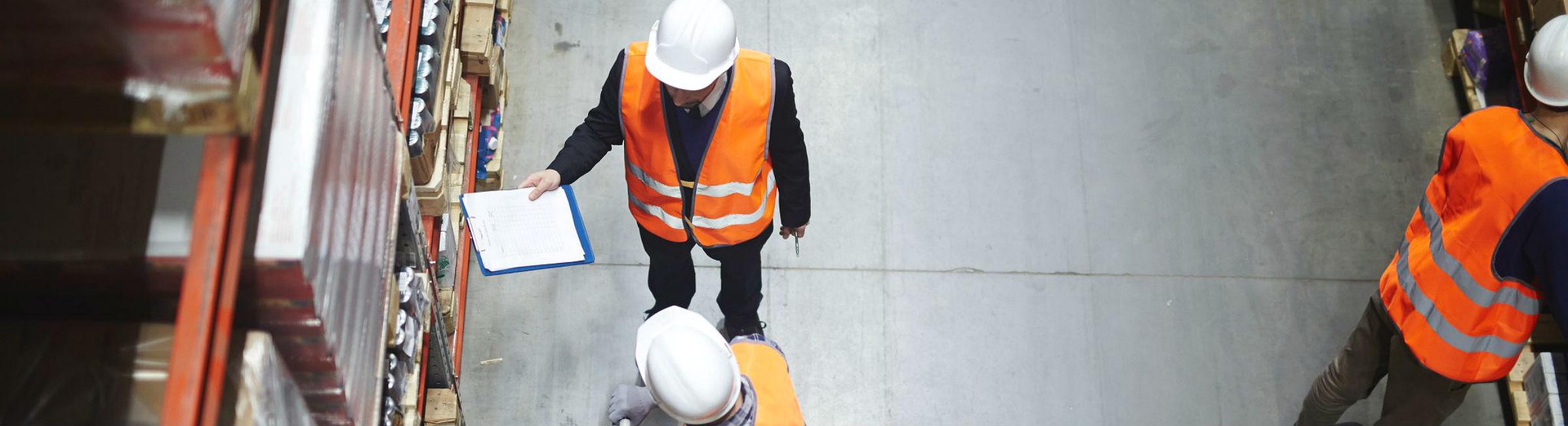 Trois agents de logistique dans un entrepôt