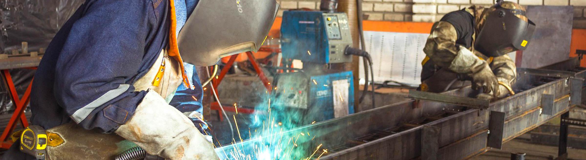 Deux ouvriers d'une métallurgie
